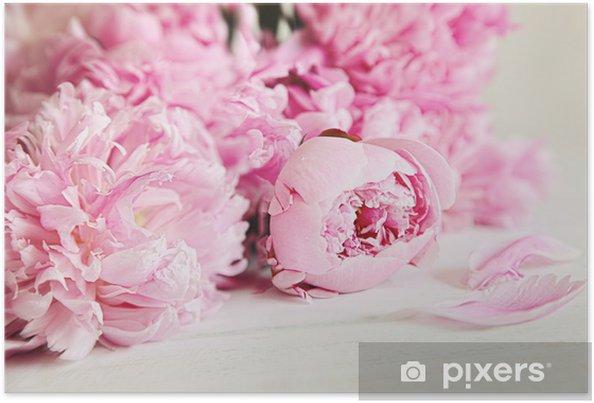 Plakat Różowe kwiaty piwonii na powierzchni drewna - Style