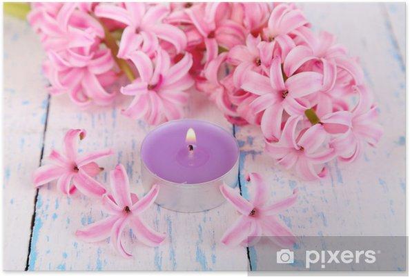 Plakat Różowy hiacynt z świeczka na tle drewniane - Przeznaczenia