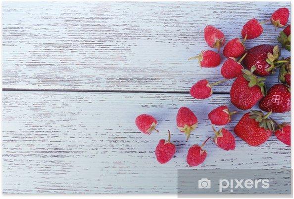 Plakát Různé bobule na dřevěném stole zblízka - Témata