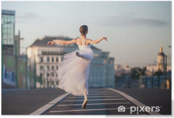Plakat samoprzylepny Ballerina taniec w centrum Moskwy w nocy - Hobby i rozrywka