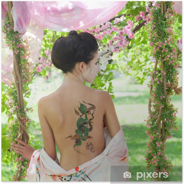 Plakat samoprzylepny Portret w stylu azjatyckie kobiety z wężem tatuaż na plecach - Tatuaże