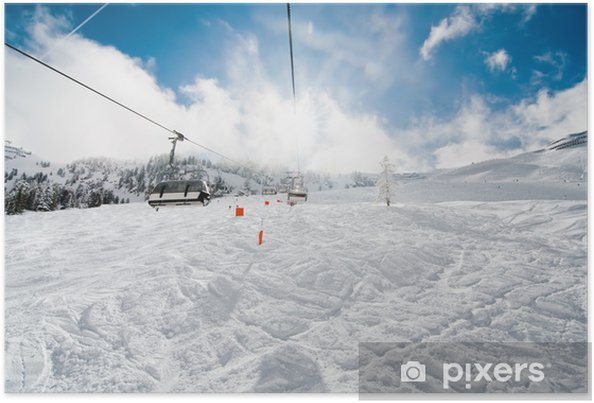 Plakát Scénický pohled z lyžařského vleku v Alpách během zimy v lyžařském areálu - Prázdniny
