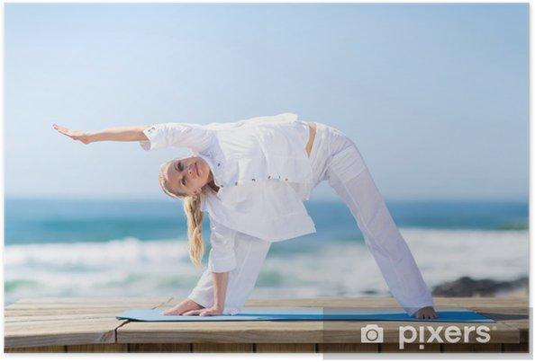 Plakat Senior kobieta wykonywania na plaży - Do szkoły jogi