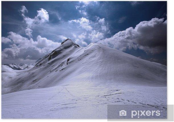 Plakat Śnieg i błyszczące górskich góry z śladami na pierwszym planie - Sporty na świeżym powietrzu