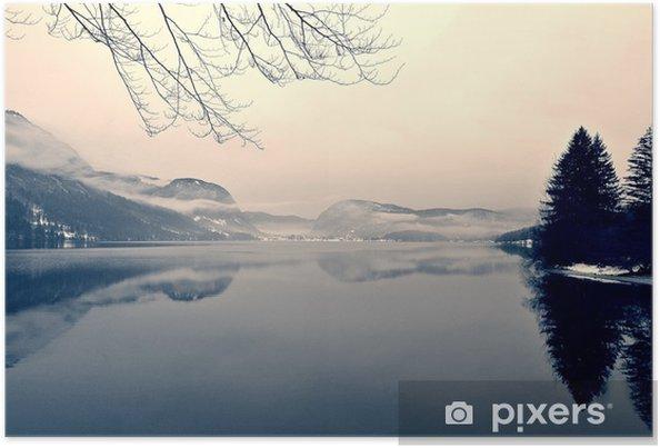 Plakat Snowy zimowy krajobraz nad jeziorem w czerni i bieli. Obraz monochromatyczny filtrowany w stylu retro, vintage z miękki, czerwony filtr i trochę hałasu; nostalgiczna koncepcja zimowym. Jezioro Bohinj, Słowenia. - Krajobrazy