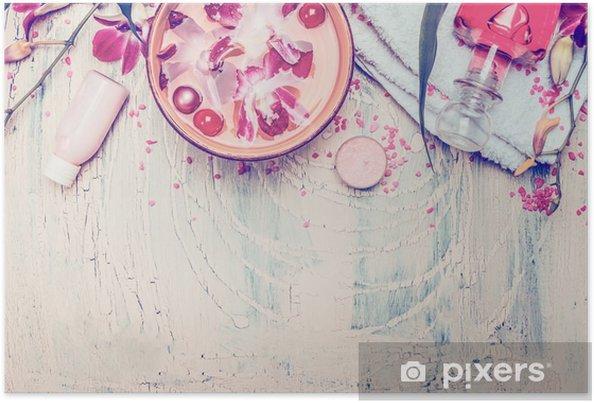 Plakat Spa i wellness narzędzia z miską wody i pływających orchidei kwiaty na jasnym tle shabby chic, widok z góry. Pielęgnacja ciała i koncepcji kosmetyczne - Styl życia