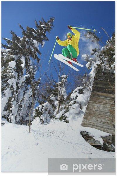 Plakat Spoko narciarz skacząc z błękitnego nieba ze skały - Narciarstwo