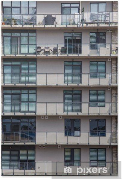 Plakat Stary różowy budynek mieszkalny z balkonami żelaza - Dom i ogród