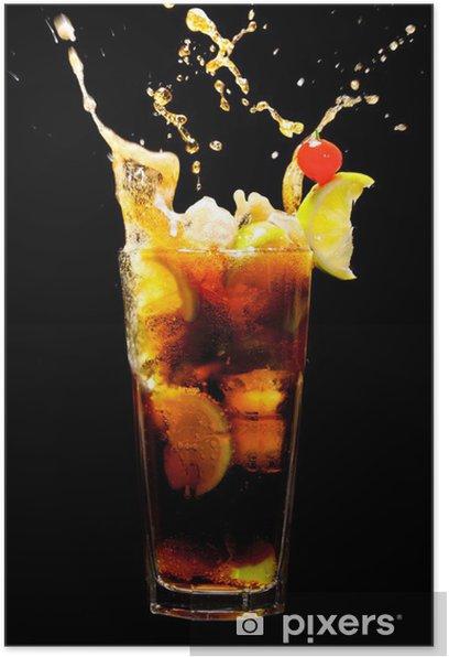 Plakát Stříkající Kuba Libre koktejl na černém -