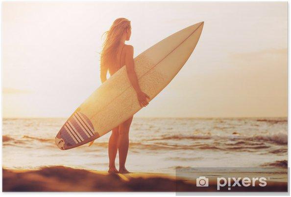 Plakat Surfer dziewczyna na plaży o zachodzie słońca - Tematy