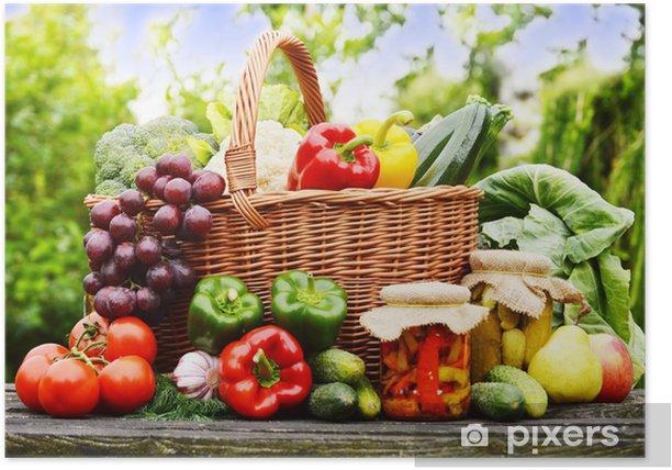 Plakat Świeże warzywa organicznych w koszyku wikliny w ogrodzie - Warzywa