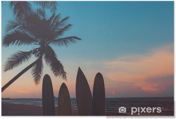 Plakat Sylwetka deska surfingowa na tropikalnej plaży o zachodzie słońca w lecie. krajobraz lato plaża i palmy o zachodzie słońca. vintage odcień koloru - Sport