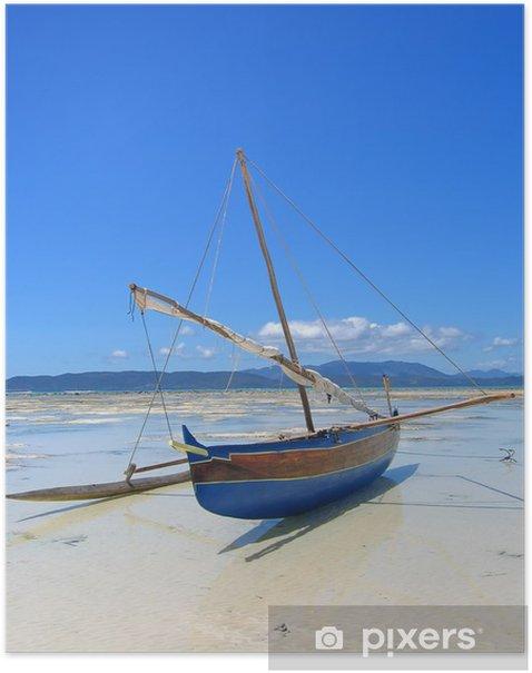 Plakat Szczegółowo łodzi rybackiej leży na plażę, Nosy Iranja - Tematy