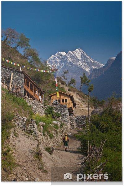 Plakat Turysta w himalajskiej wiosce - Tematy