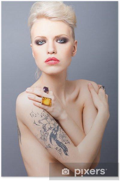 Plakát Vamp hledá blondýnka s tetovacího studia a červené rty ISOLAT - Tetování