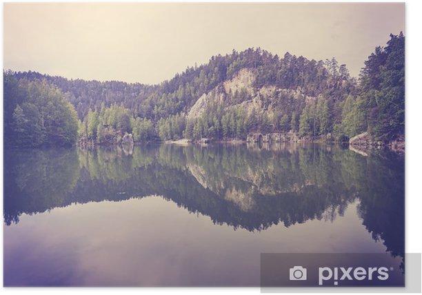 Plakát Vintage tónovaný klidné horské jezero s odrazem v klidné vodě. - Krajiny