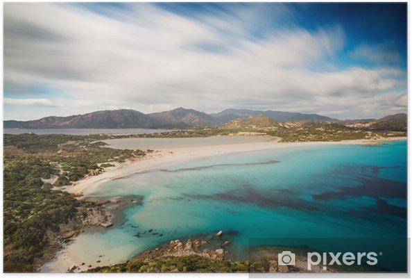 Plakat Widok pięknej zatoce z lazurowego morza od wzgórzu, Villasimius, Sardynia wyspa, Włochy, z długą ekspozycją przenieść chmury i jedwabiu nad morzem - Krajobrazy