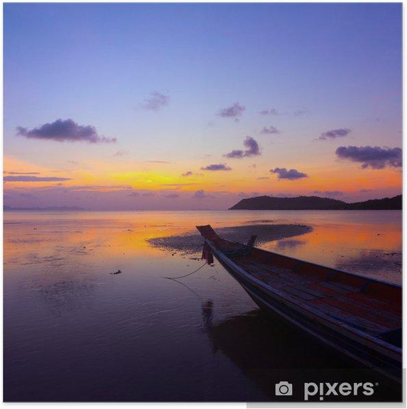 Plakat Zachód słońca nad morzem z małej drewnianej łodzi, Tajlandia - Transport wodny