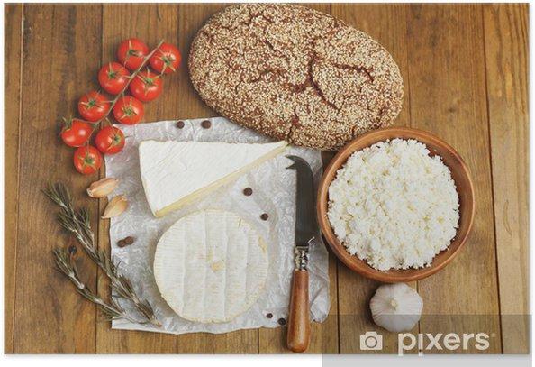 Plakát Zátiší s mléčnými výrobky a chlebem na dřevěném stole - Sýry