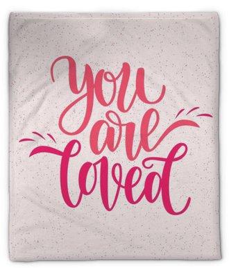 Pluche deken Met de hand geschreven, je bent geliefde zin. vector kaart voor Valentijnsdag, 14 februari. vectorillustratie geïsoleerd op roze. borstel belettering ontwerp, klaar om af te drukken voor de dag van Sint Valentijn
