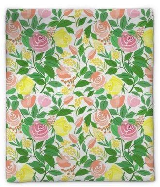 Plyšová deka Bezešvé vzorek s růžovými jemnými květy, malými květy a zelenými listy.