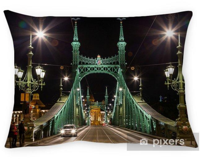 Poduszka dekoracyjna Most Wolności, noc, Budapeszt, Węgry, 29 grudnia 2017 - Budynki i architektura