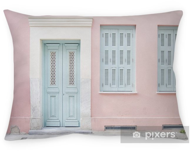 Poduszka dekoracyjna Pastelowy różowy budynek i jasnoniebieskie drzwi otoczone marmurem w Atenach, Grecja - Budynki i architektura