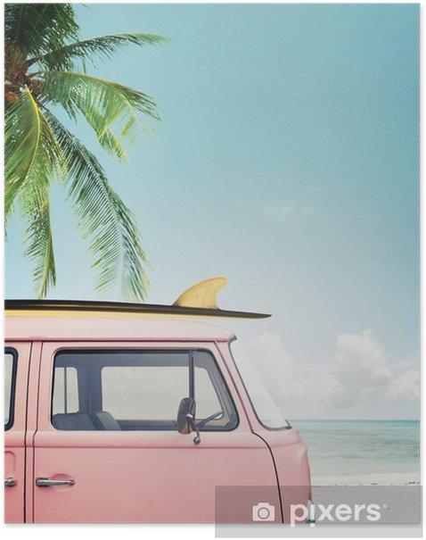 Poster Auto d'epoca parcheggiata sulla spiaggia tropicale (mare), con una tavola da surf sul tetto - Hobby e Tempo Libero