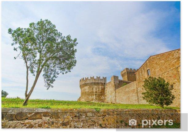 Poster Baum im mittelalterlichen Dorf Populonia Wahrzeichen. Toskana, Italien. - Europa