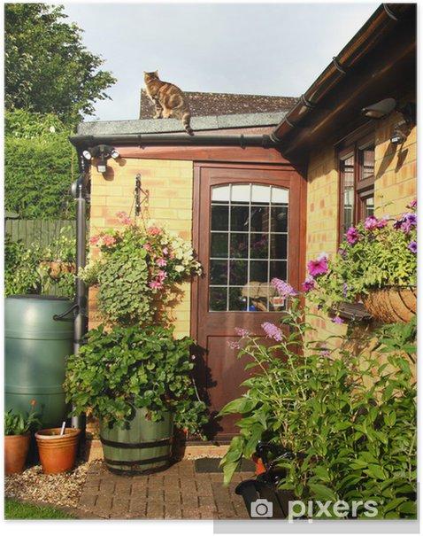 Poster Blühende Körbe und Pflanzgefäße in einem englischen Back Garden - Haus und Garten