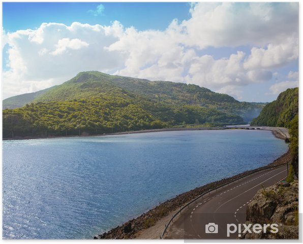 Poster Die Straße zwischen Hügeln am See. Mauritius ... - Afrika