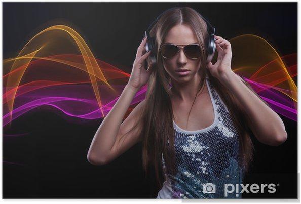 Poster Giovane donna DJ godendo la musica in cuffia • Pixers ... ca1f304dc7e2
