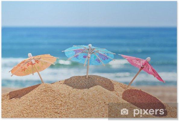 Poster Kleine Sonnenschirme Am Strand Auf Einem Hintergrund Des Meeres