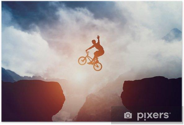 Poster Mann, der auf bmx-Fahrrad über Abgrund in den Bergen bei Sonnenuntergang springt. - Sport