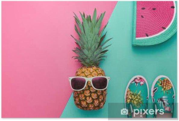 Helle Sommer Farbe, Zusätze. Tropische Ananas Mit Sonnenbrille, Stilvolle  Handtasche Creative Art Konzept. Minimaler Stil.