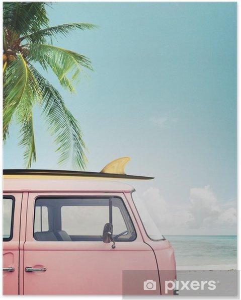 Poster Oldtimer auf dem tropischen Strand geparkt (Meer) mit einem Surfbrett auf dem Dach - Hobbys und Freizeit