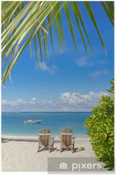 Poster Sedie A Sdraio Sulla Sabbia Bianca E Mare Blu E Sfondo Del