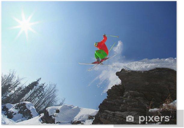 Poster Skifahrer springt aus dem Felsen im Hochgebirge - Skisport