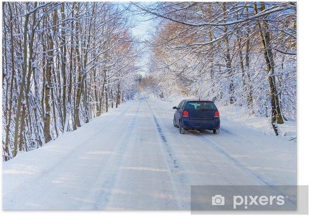 Poster Strada nevoso nella foresta di inverno con la sola auto di Polonia - Stagioni