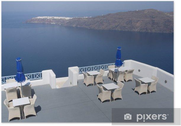 Poster Terrasse einer Ferienanlage in Oia auf der Insel Santorin in Griechenland. - Europa