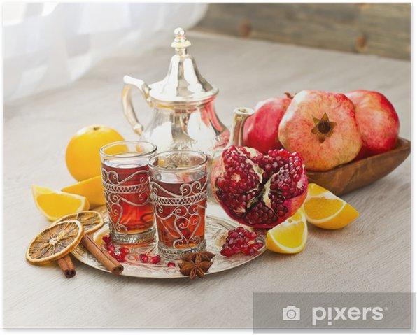 Poster Traditionelle arabische Tee mit Metall-Teekanne und Früchten - Afrika