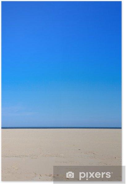 Poster Un cielo blu chiaro con spiaggia e oceano - Acqua