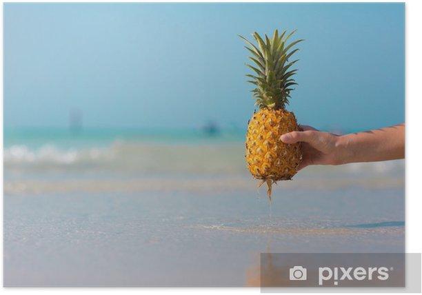 Poster Weibliche Hand, die eine Ananas auf blauem Seehintergrund hält - Essen