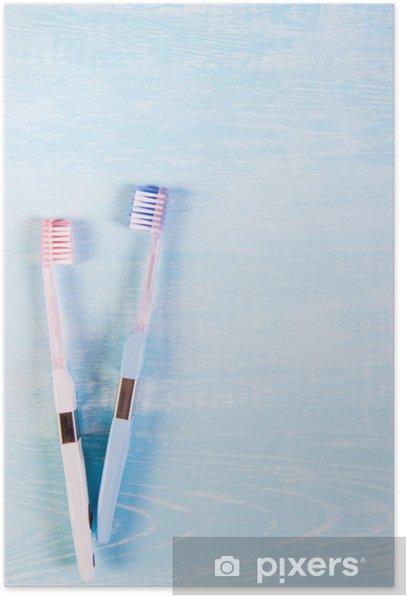 Poster Zwei Zahnbürsten und Kamillenblüten auf einem hellen Hintergrund. Das Konzept der Naturkosmetik für die Gesundheit. Du mich. Blick von oben - Wissenschaft