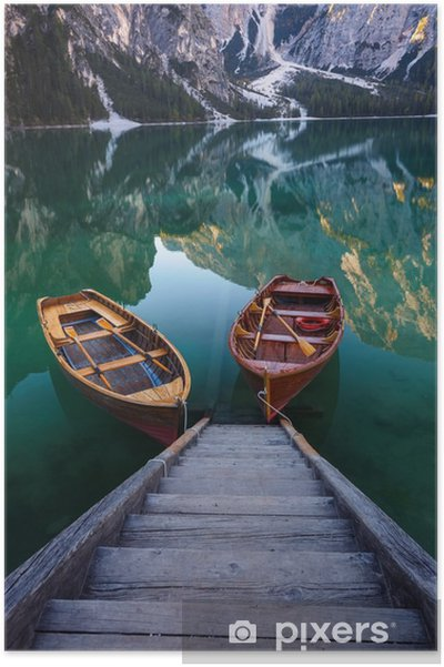 Póster Barcos no lago Braies (Pragser Wildsee) em Dolomites mounta - Paisagens