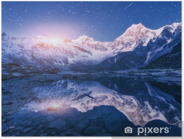 Poster Himalaya Dağları ve nepal yıldızlı gece dağ gölü ile gece sahne. karlı zirve ve gökyüzünde yıldızlar ve ay ile yüksek kayalar ile peyzaj suya yansıyan. ayın güzel manaslu - Manzaralar