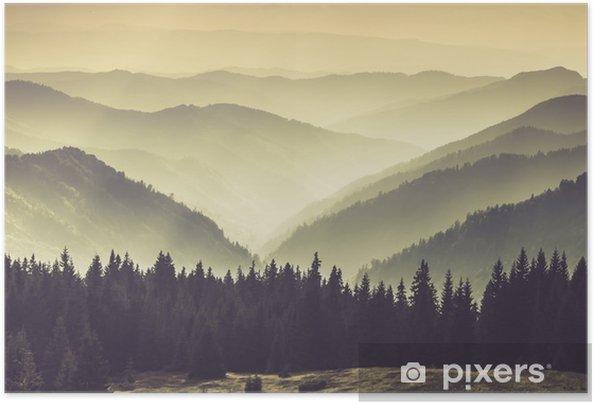 Poster autocollant Collines de montagne brumeuses - Paysages