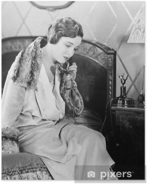 Poster autocollant Jeune femme assise sur son lit dans la chambre à coucher, en parlant au téléphone - Passe-temps et loisirs