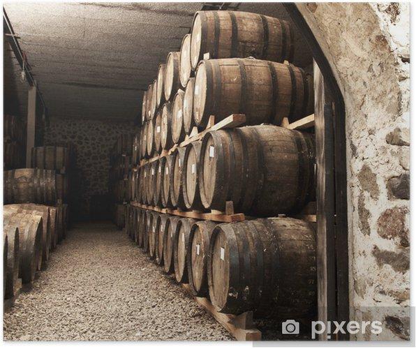 Póster Barriles de vino apiladas en la antigua bodega de la bodega. - Monumentos