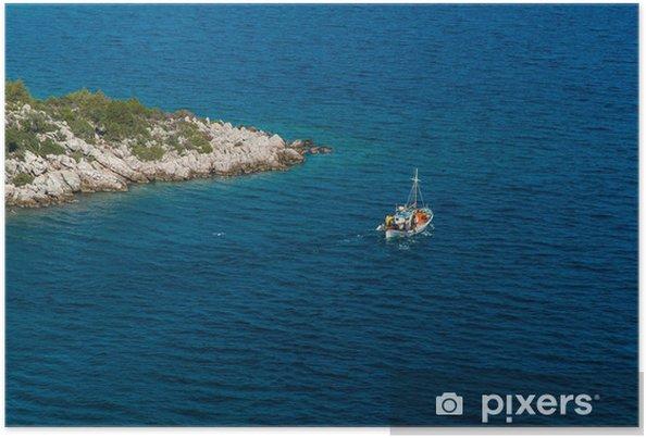 Poster Bateau traditionnel de pêche près d'un promontoire en Grèce - Europe